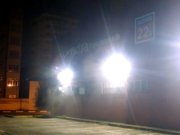 Morador registrou fumaça saindo de uma das janelas do supermercado (Foto: Filipe Barbieri / VC no G1)
