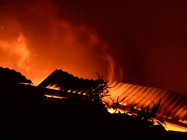 Incêndio de grande proporções levou cerca de 3 horas para ser controlado (Foto: Júlio Leite/ Arquivo Pessoal)