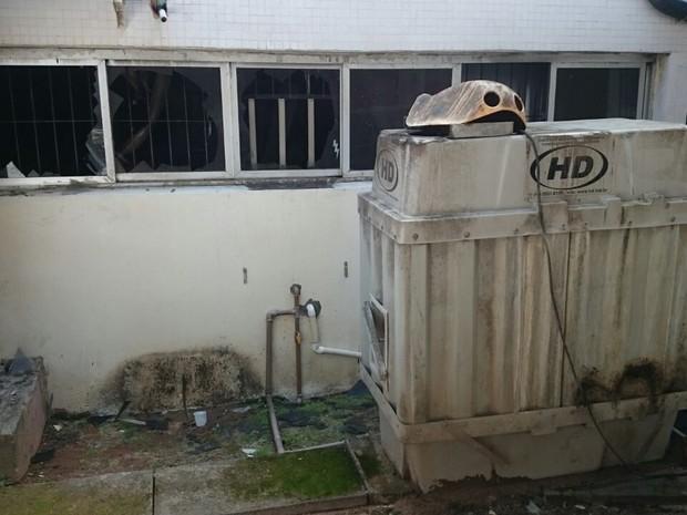 Princípio de incêndio destruiu parte de uma sala do HU (Foto: João Barbier/RBS TV)