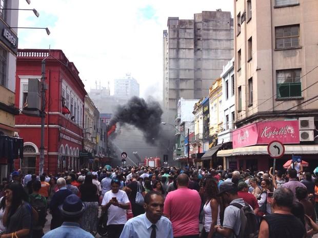 Inúmeros curiosos foram até o local (Foto: 1º Comando Regional de Bombeiros de Porto Alegre/Divulgação)