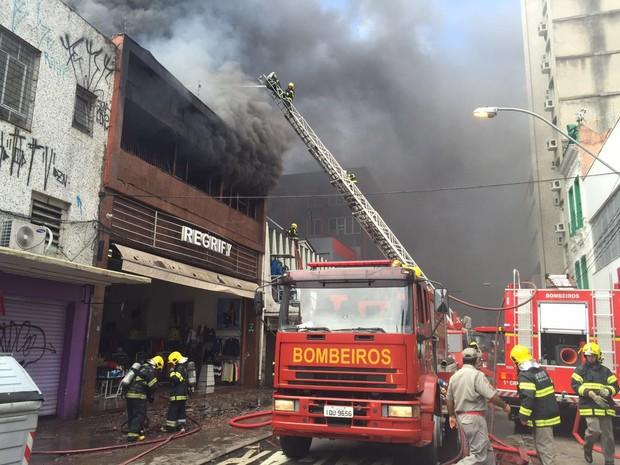 Combate ao fogo se estendeu à tarde (Foto: 1º Comando Regional de Bombeiros de Porto Alegre/Divulgação)