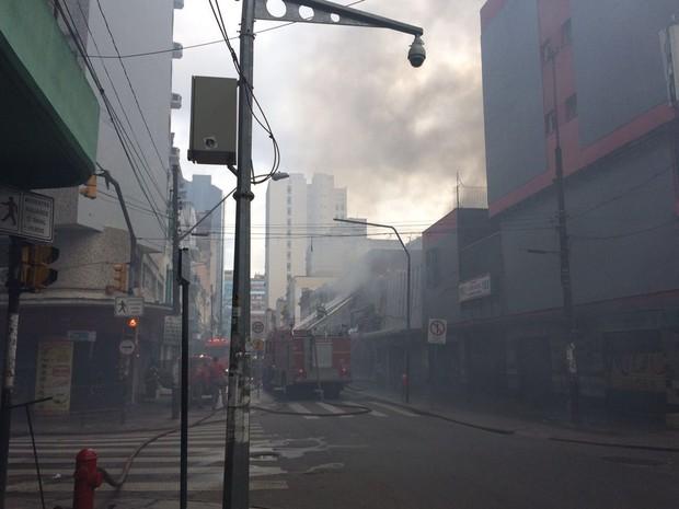 Incêndio atinge prédio no Centro de Porto Alegre (Foto: Fábio Almeida/RBS TV)