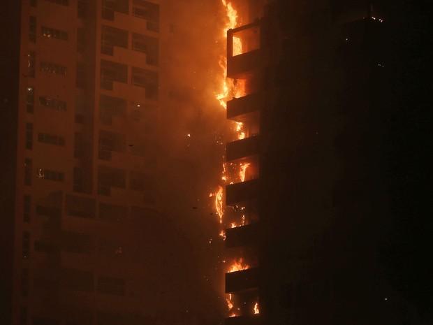 Chamas e fumaça são vistas em incêndio nas torres residenciais no emirado de Ajman, nos Emirados Árabes Unidos, na segunda (28) (Foto: AP Photo/Kamran Jebreili)
