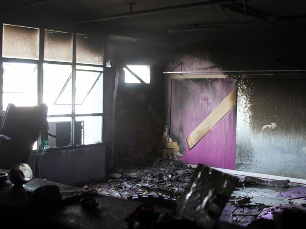 Incêndio causa estragos em prédio comercial de Porto Ferreira (Foto: VC no G1)