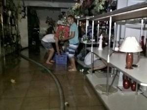 Loja de flores foi atingida por incêndio na noite de terça-feira (30), em Feira de Santana (Foto: Ed Santos/ Acorda Cidade)