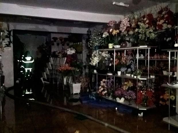 Incêndio ocorreu em loja de flores no centro conhecido como Feiraguay (Foto: Ed Santos/ Acorda Cidade)