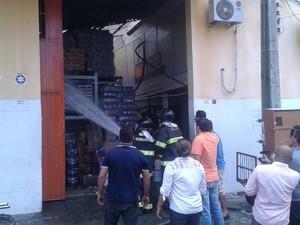 Corpo de Bombeiros trabalha para controlar as chamas (Foto: Luís Vítor Melo/G1)