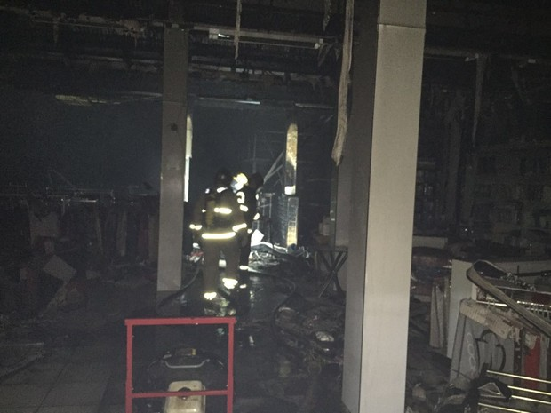 Fogo consumiu loja de roupas em Joinville (Foto: Kleber Pizzamiglio/RBS TV)