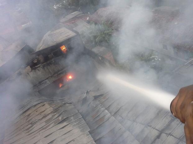 Bombeiros estão no local para conter as chamas (Foto: Divulgação/ Ascom Bombeiros)
