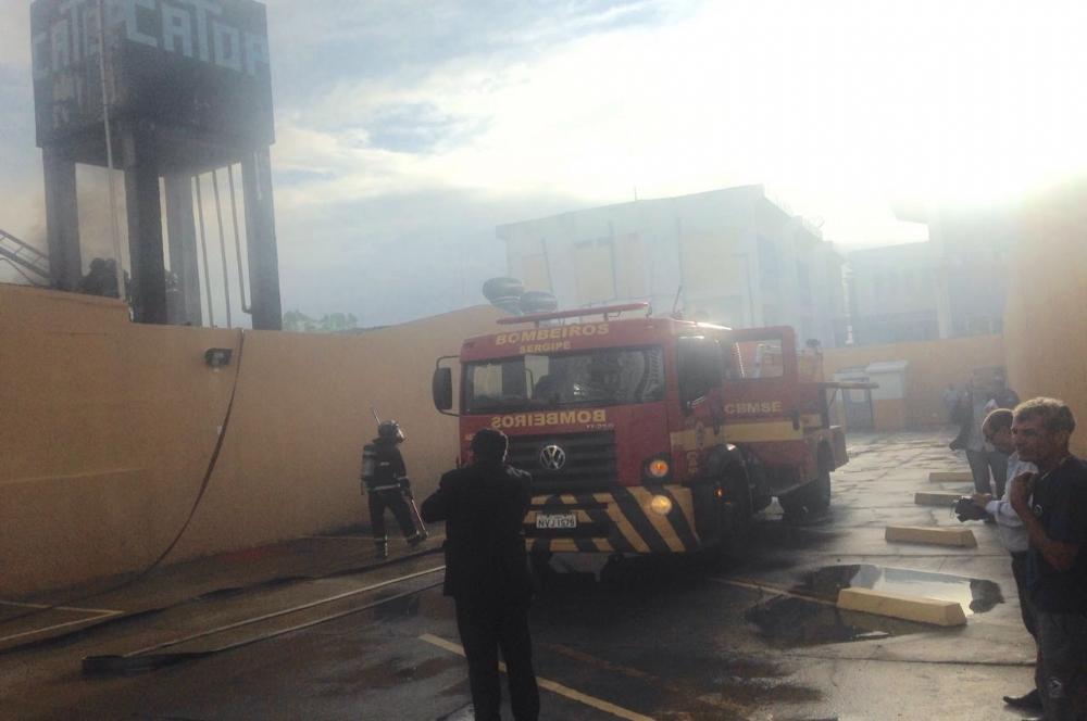 O incêndio mobilizou duas viaturas do Corpo de Bombeiros (Fotos: Portal Infonet)