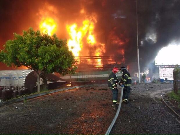 Bombeiros tentam controlar incêndio na Chesf (Foto: Bombeiros/Divulgação)