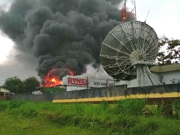 Incêndio atinge depósito de loja de materiais para construção da capital acreana (Foto: Jefson Dourado/Arquivo pessoal)