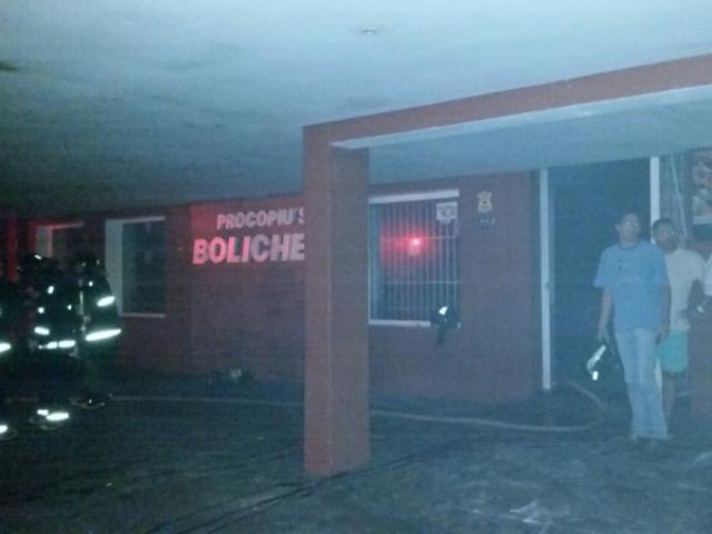 Incêndio atingiu a parte dos fundos do boliche, mas fumaça tomou conta de todo o local (Foto: Hélio de Freitas)