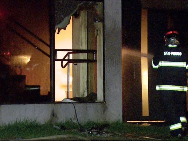 Segundo tenente do Corpo de Bombeiros, Eric Cocce, o interior da empresa foi praticamente todo destruído pelas chamas (Foto: Fabio Junior/EPTV)