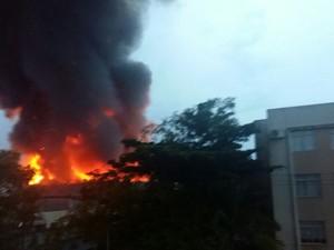 Incêndio em São José começou por volta das 6h20 (Foto: Aline Goulart/RBS TV)