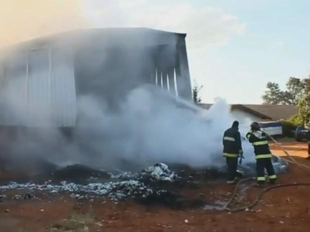 Galpão pegou fogo em Ibitinga (Foto: Ibitinga Diário/Divulgação)