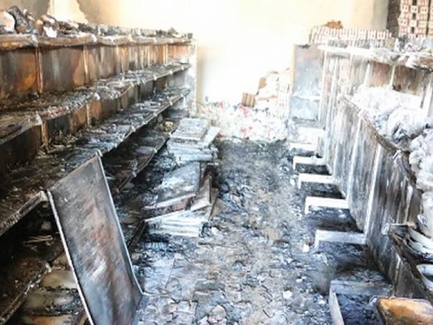 Incêndio em supermercado de Bambuí detruiu mercadorias expostas em prateleiras (Foto: Marco Antônio/Tv Bambuí)