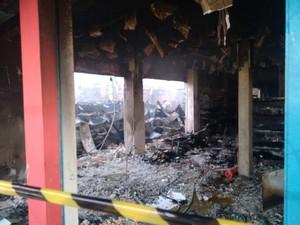 Apenas alguns produtos de limpeza escaparam das chamas (Foto: Arquivo Pessoal)
