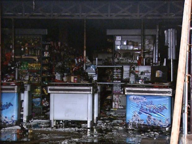 Segundo Sargento do Corpo de Bombeiros Paulo César, os produtos que não foram queimados, foram prejudicados pela fumaça que se formou no local (Foto: Fábio Júnior/EPTV)
