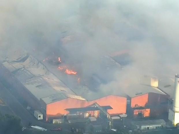 Fogo consome fábrica de alimentos em Ibúna, SP (Foto: Reprodução/TV Globo)