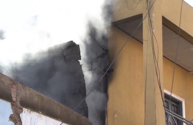 Focos de incêndio ainda eram vistos em fábrica nesta manhã (Foto: Reprodução/TV Anhanguera)