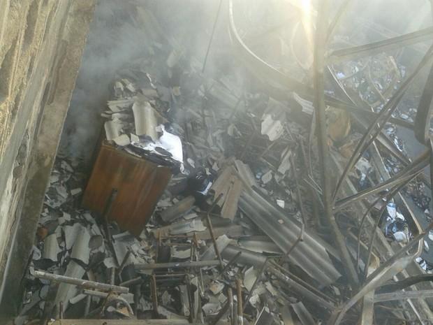 Telhado do depósito e os materiais que estavam no prédio ficaram destruídos após o incêndio (Foto: Divulgação/Guarda Municipal)