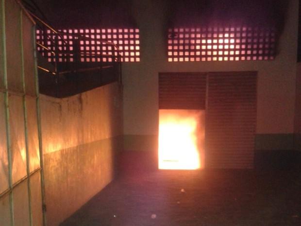 Corpo de Bombeiros ainda não sabem qual foi a causa do incêndio (Foto: Divulgação/Guarda Municipal)