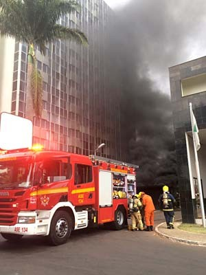 Bombeiros combatem incêncio em hotel de Brasília (Foto: Jamile Racanicci/G1)