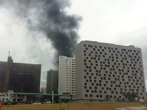 Fumaça no Hotel Airam, no centro de Brasília, que pegou fogo na tarde desta quinta (28) (Foto: Isabella Calzolari/TV Globo)