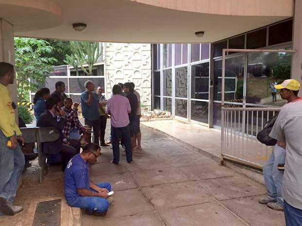 Hóspedes e funcionários do Airam Hotel, em Brasília, esperação liberação do prédio após incêndio (Foto: Jamile Racanicci/G1)