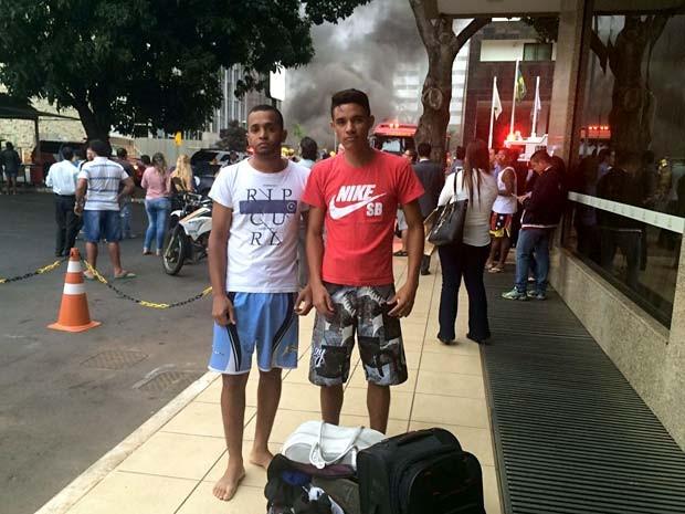 Os operadores Leandro Santos Júnior e Eliasafe Nascimento, que estavam hospedados no Airam Hotel, em Brasília, quando o prédio pegou fogo (Foto: Jamile Racanicci/G1)