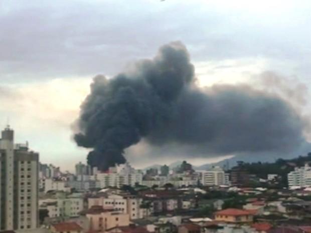 Fumaça pode ser vista de longe (Foto: Reprodução/RBS TV)