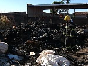 Bombeiros combateram incêndio em área de depósito de recicláveis (Foto: Reprodução/TV Integração)