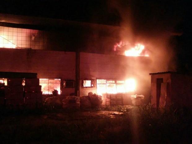 Fogo se espalhou por galpão da Seduc (Foto: Divulgação/Corpo de Bombeiros)