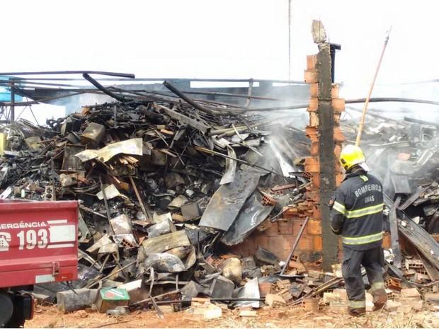 Incêndio destruiu depósito de material reciclável em Goiânia (Foto: Daniel Humberto/TV Anhanguera)