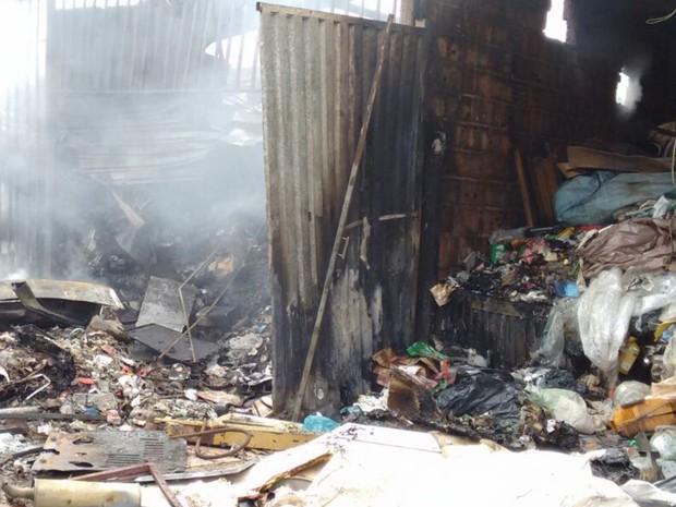 Depósito de material reciclável ficou destruído após incêndio (Foto: Daniel Humberto/TV Anhanguera)