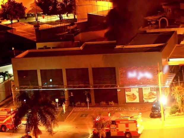 Bombeiros combatem a chama intensa e escura no alto da imagem (Foto: Helber Oliveira/Vc na TV Sergipe)