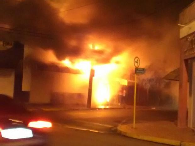 Incêndio atingiu o prédio no centro de Promissão (Foto: Giliard Barros/ Arquivo pessoal