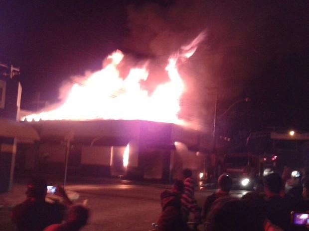 Fogo se espalhou pelo forro das lojas, que é de madeira e PVC (Foto: Giliard Barros/ Arquivo pessoal)