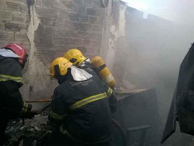 Bombeiros combatem chamas em casa na Região Noroeste de Belo Horizonte (Foto: Corpo de Bombeiros de MG/Divulgação)