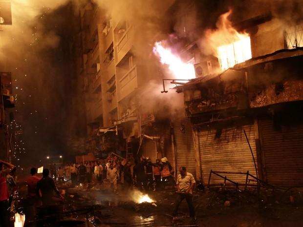 Bombeiros tentam controlar incêndio no bairro comercial de Al Mosky, no Cairo, Egito, na segunda-feira (9) (Foto: AFP Photo/Ahmed Abd El-Gawad)