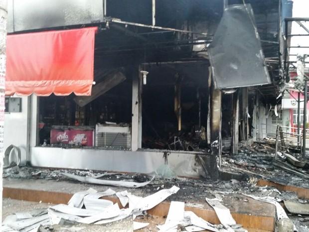 Casa noturna e conveniência foram destruídas após incêndio em Várzea Grande (Foto: Corpo de Bombeiros de Mato Grosso)