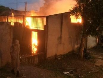 Incêndio destruiu fábrica em Cuiabá. (Foto: Divulgação/Corpo de Bombeiros-MT)