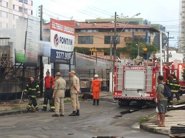 Bombeiros foram acionados para conter fogo em Mangabeiras (Foto: Heliana Gonçalves/TV Gazeta)