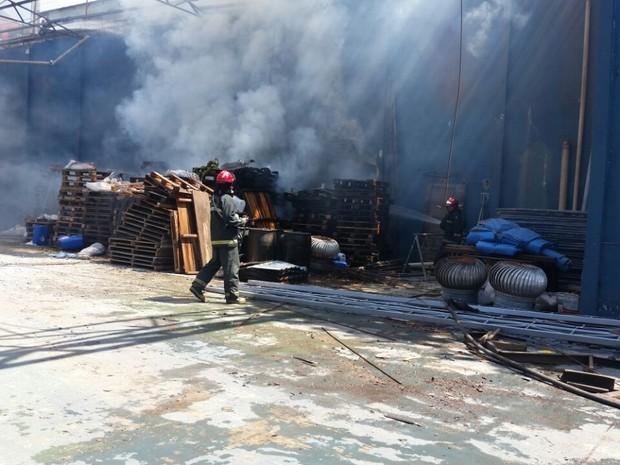 Incêndio destruiu cobertura do galpão de fábrica, em Manaus (Foto: Divulgação/ Corpo de Bombeiros)