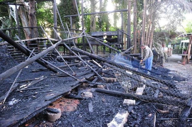Nesta quarta-feira, donos trabalhavam para retirar escombros Foto: Lucas Correia / Agência RBS