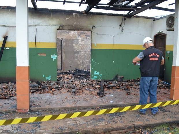 Bombeiros ainda não sabem a causa do incêndio (Foto: Magda Oliveira/G1)