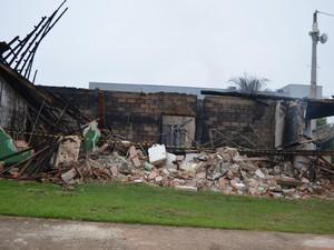 Emissora de Cacoal pegou fogo durante a madrugada (Foto: Magda Oliveira/G1)