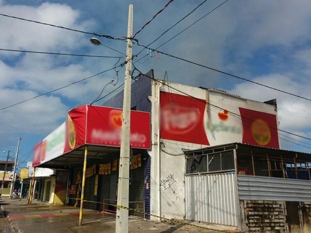 Imóveis vizinhos ao supermercado foram interditados (Foto: Patrícia Rocha/TV Cabo Branco)