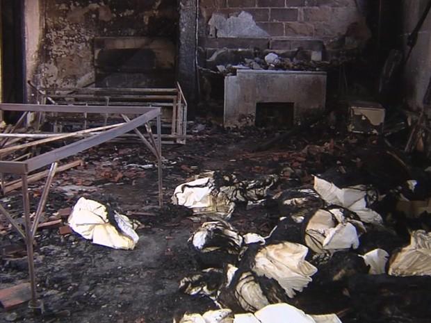 Local ficou destruído por causa do incêndio (Foto: Reprodução / TV TEM)